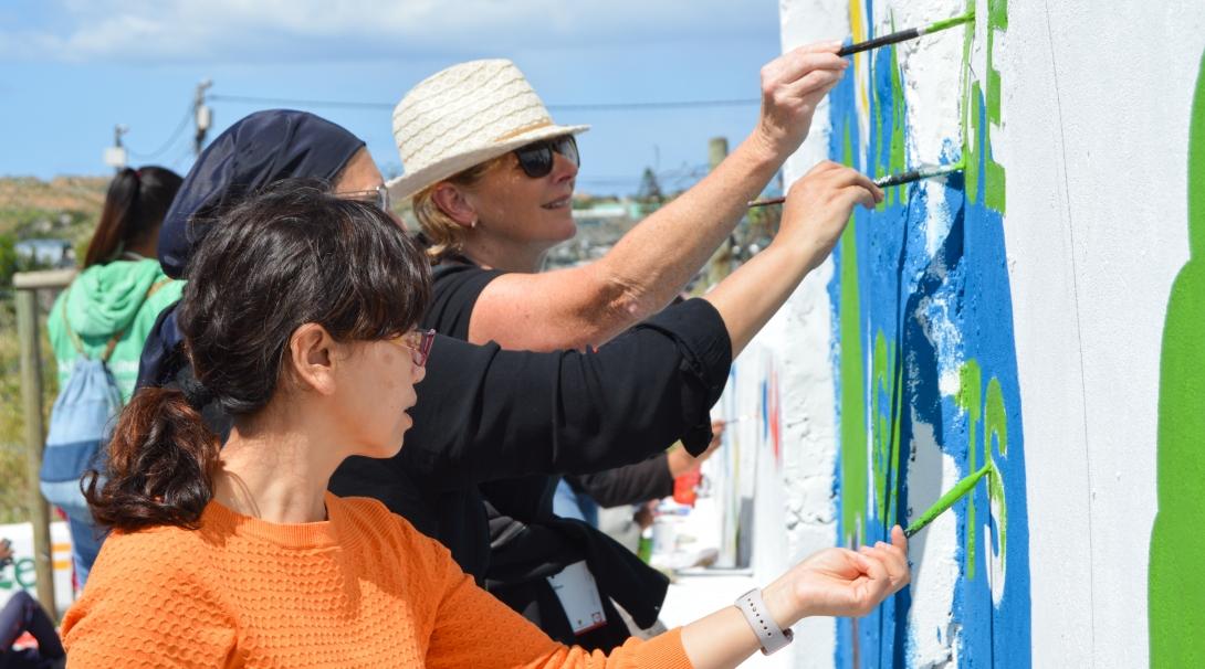 Voluntarios trabajando en equipo en un proyecto de Construcción para el que no necesitan experiencia previa.
